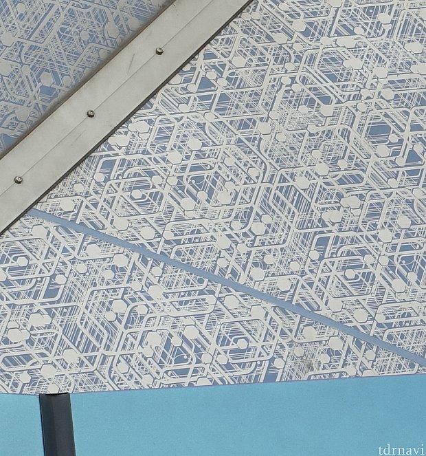 巨大な屋根をよく見ると、なんとグリッドが描かれています!このこだわりがスゴイ!