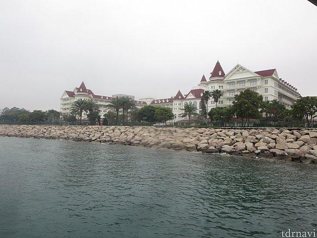 桟橋から見たディズニーランドホテル。