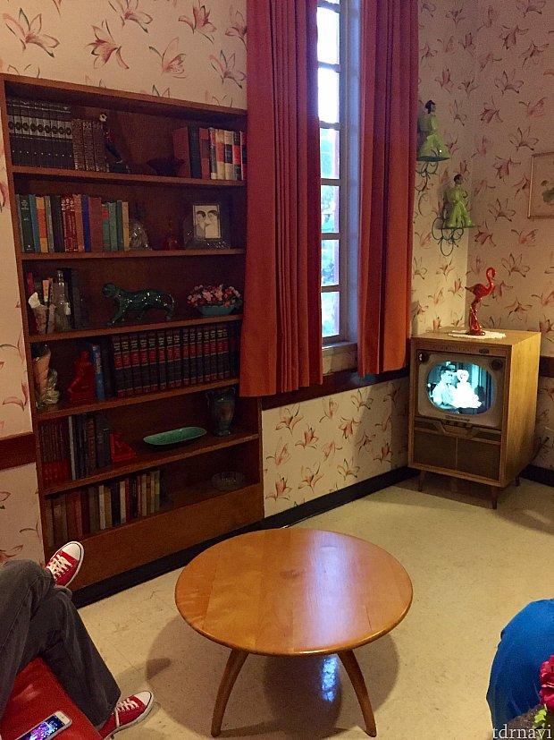 待合室はアメリカ人の家のリビングルームといった感じ。最近はこの様な家殆ど無いですが、たまーにまだこんな感じの家って実際に存在するんですよね〜。大抵はお年寄りが住んでいる家がこんな感じだったりします。(笑)