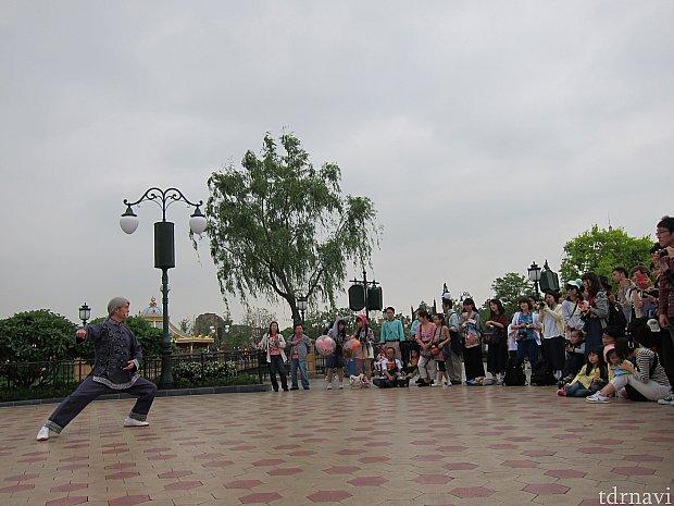 まずは師範が一人で太極拳ショーをします。この日はだいぶ混んでましたがそれでもこの程度。最前でも立ち見なのが上海ディズニーの常識。