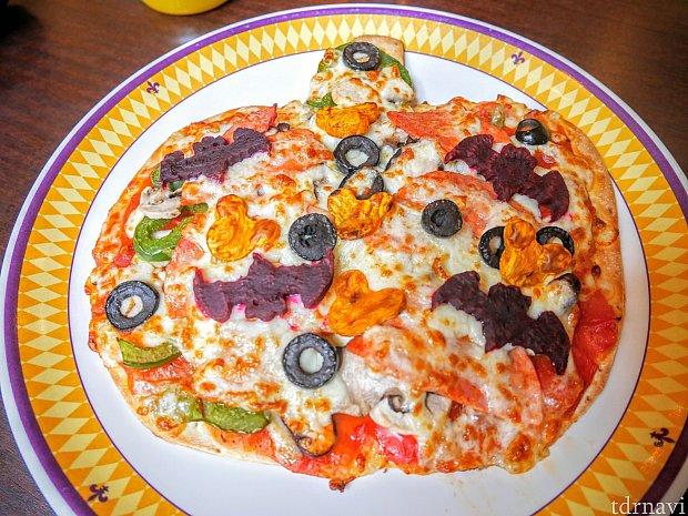 こちらがハロウィン限定ピザ!具だくさんで満足☆ピリ辛なのでお子さまには注意が必要かも!