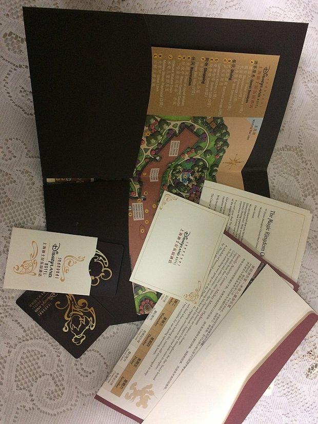 特製ブックレットの中身は、ホテル案内図やルームキーなど。