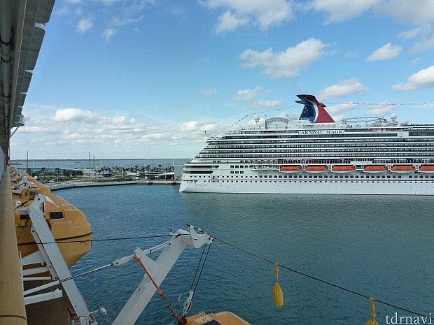 船内甲板より隣にも大きなクルーズ船が停泊しています