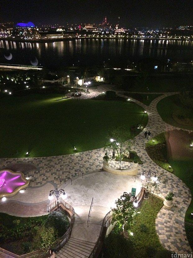 お庭の散歩。夜も綺麗です。