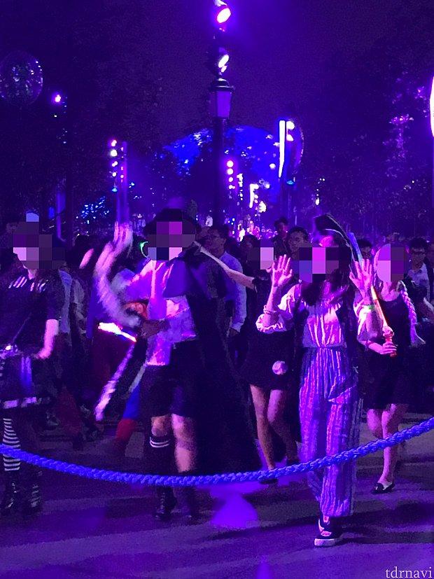 パレードの最後尾に練り歩く仮装したゲスト
