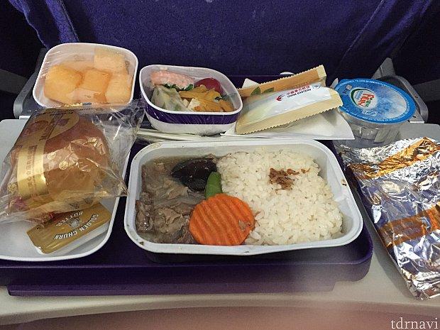 行きの機内食でビーフを選択しました!牛丼のような機内食。メロンは硬くてウリの味しかせず、おいしくありませんでした。