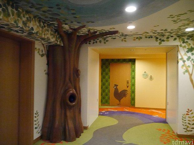 この木にある穴にも仕掛けが・・覗いてみてください☆
