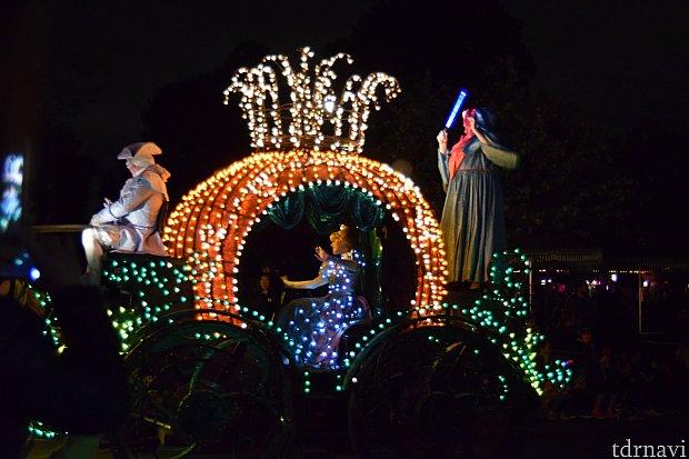 かぼちゃの馬車でシンデレラがやってきます。フェアリーゴッドマザーも乗っています