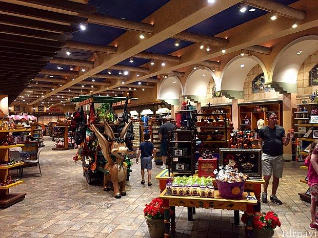 リゾートのショップもかなりの広さがあり、リゾート限定グッズや多くのディズニーグッズを扱っています。