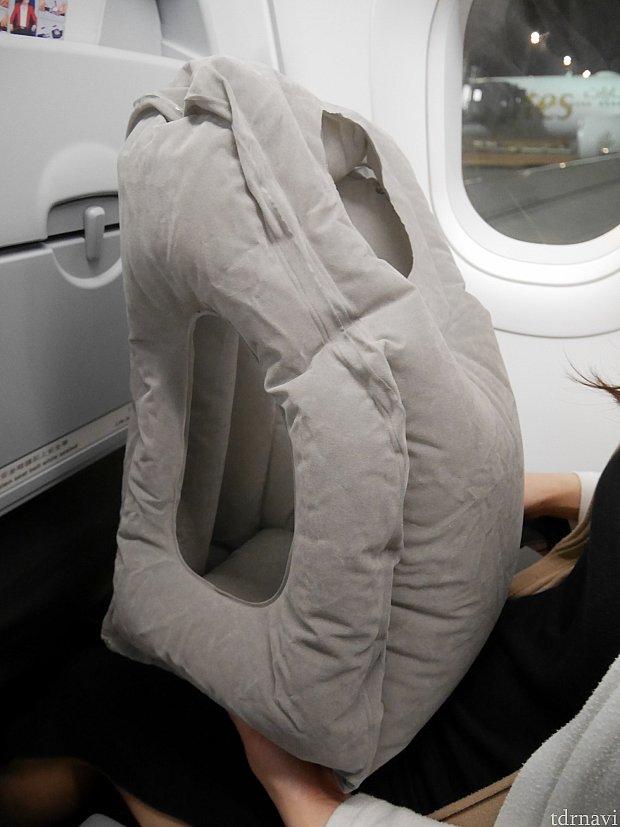 【香港エクスプレス】深夜便のお供。最近Amazonでゲットした枕。3000円くらい。横の穴に手を通し、上の穴に顔を突っ込んだり、高い方を手前に持ってきて顎を乗せたり、抱き枕にして寝てます。