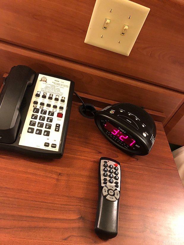 電話、目覚まし、テレビのリモコンがありました。