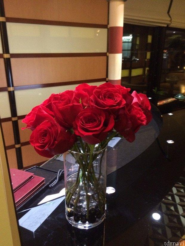 綺麗なバラがお出迎え。