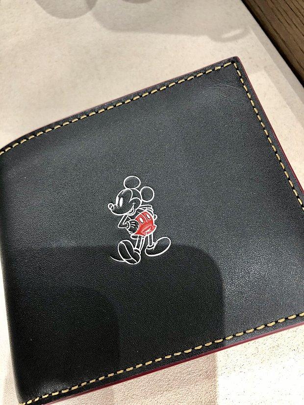 クラッシックミッキー。殆どのグッズが、第一弾にご紹介したバッグ類と同じデザインですので、お財布と揃える事も可能ですね。何か皆さんの気になったアイテムはありましたでしょうか?