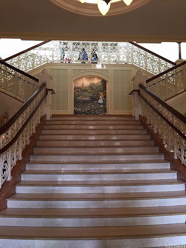 ロビーへ続く階段
