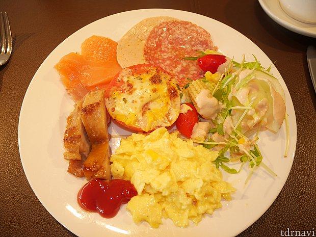 【朝食ブッフェ】サーモンやハム、サラダもあります。
