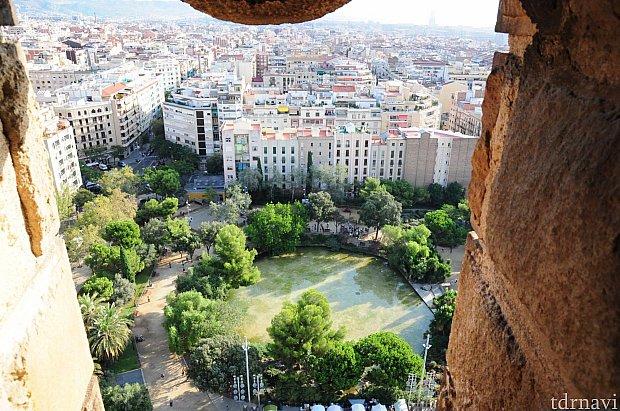 建物の外観を撮るなら正面の公園がベストスポットです。