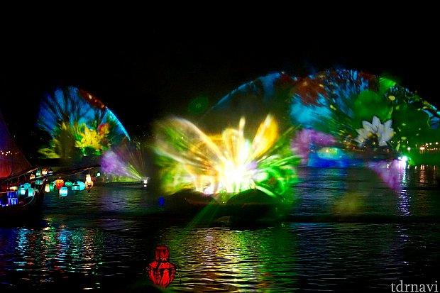 蓮の花が開いて、噴水になったり、小さなウォータースクリーンになって移動しながら映像を見せてくれるのは斬新でした。