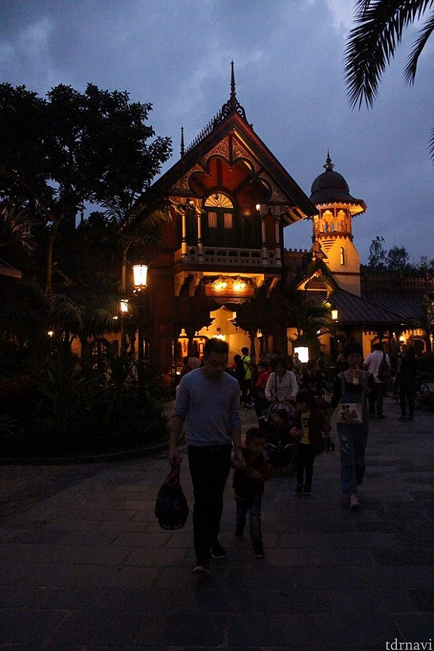 Explorer's Club Restaurant 外観 ミスティック・マナーの右側にあります。