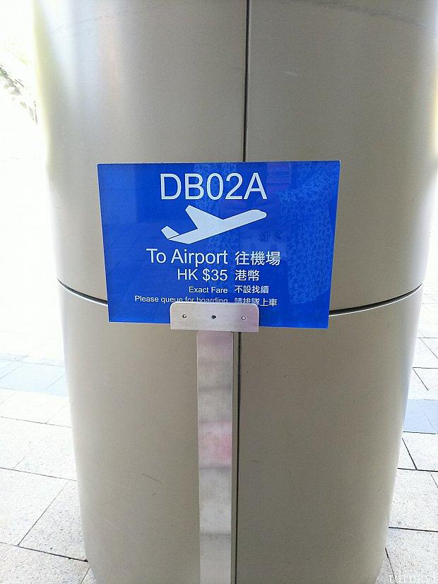 空港行きの路線バスは、ホテルのエントランスが乗り場になっています。