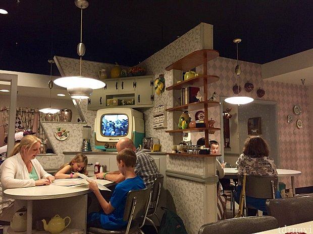 これが実際のレストランのテーブルエリアのインテリア。キッチンでテレビを見ながら食事しているといったユニークなコンセプト。