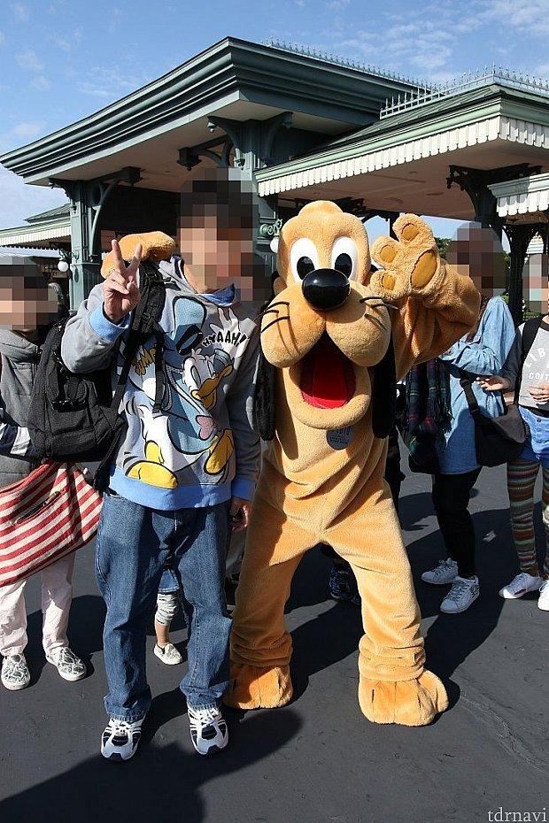 CASE3 ストロボ未発光写真プルートの顔や体人の服に影が見えます。