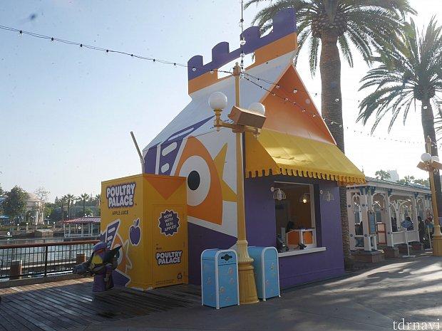 「Poultry Palace」は短編アニメ『ニセものバズがやって来た』で、偽物のバズが元々いたファストフードのお店です。そのお店のチキンボックスとドリンクのような形状のお店になっています。