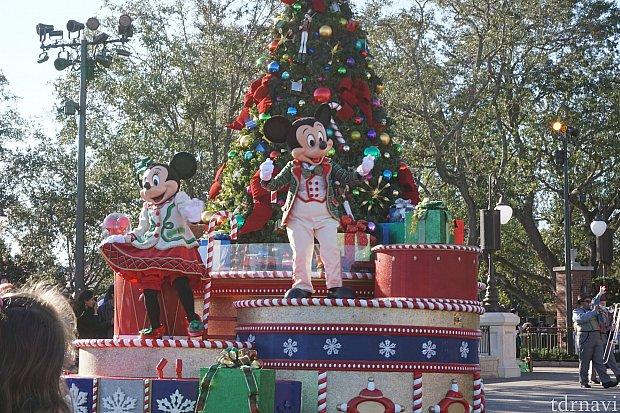 最初のフローとは大きなクリスマスツリーと、ミッキーミニーです。