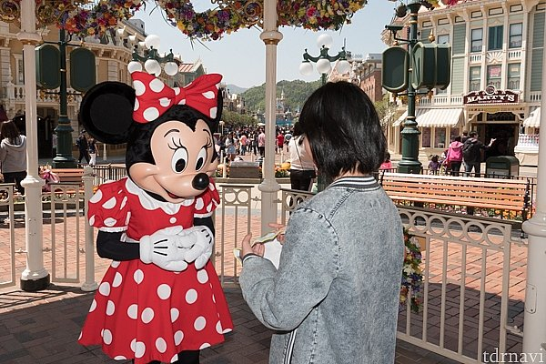 ミニーに、東京ディズニーランドのハンカチを見せてます。 「フロム トーキョー!」という娘に、ちゃんと反応してくれるミニーちゃん!