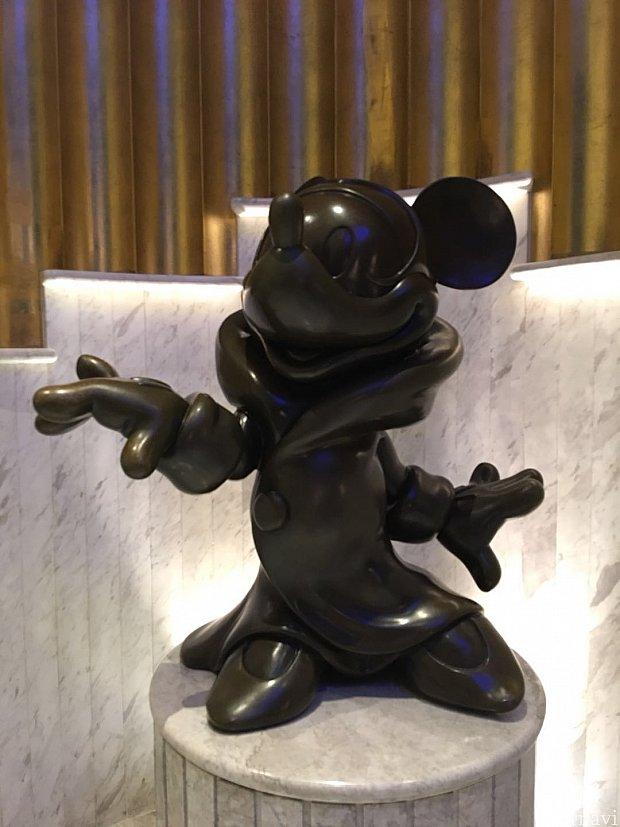 ホテルエントランス付近にはディズニーのモニュメントがありました。