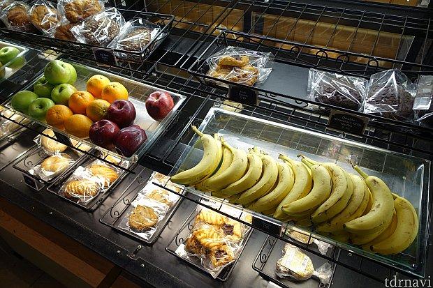 バナナ(1.99ドル)やアップルなどのフルーツ