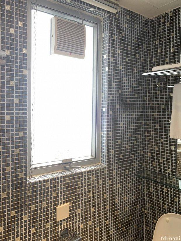 トイレにも窓がついているので採光があり明るいです。