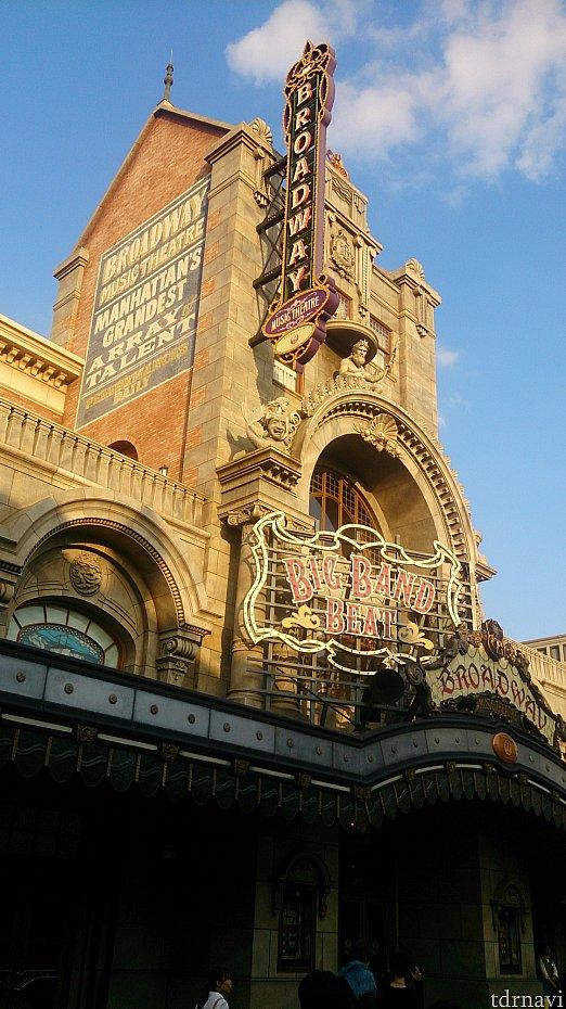 舞台となるブロードウェイ・ミュージックシアターは、かつて実在していた「ニューアムステルダム劇場」(現在は近代的に改築されている)がモデルなのだとか