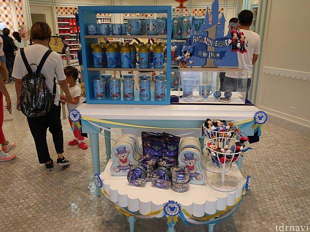 1周年グッズはどんな店でも大体コーナーがあります。コップや水筒だけでなく、ピンバッチもありました!