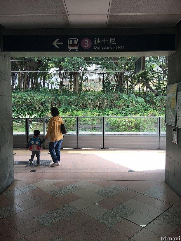 降りたホームの向かい側(同じプラットフォームです)がディズニーリゾートラインになります。