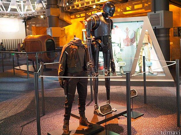 ジンの衣装とK-2SO。想像していたよりジンが小柄でビックリ。