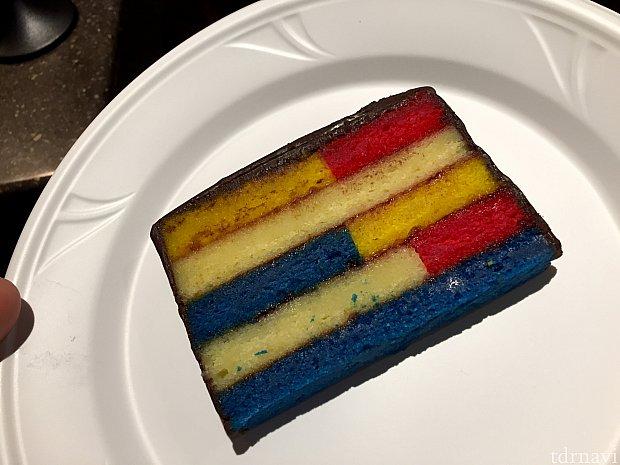Composition Aと言う誰でも目にしたことある有名ポップアートからインスピレーションされたケーキ。どんな味だか全く想像付きませんでしたが、アーモンド味のしっとりケーキ。周辺にいたお兄ちゃん達に勧められて買いました。杏仁豆腐に似た味って言いたら良いんでしょうか。不味くはなかったです。