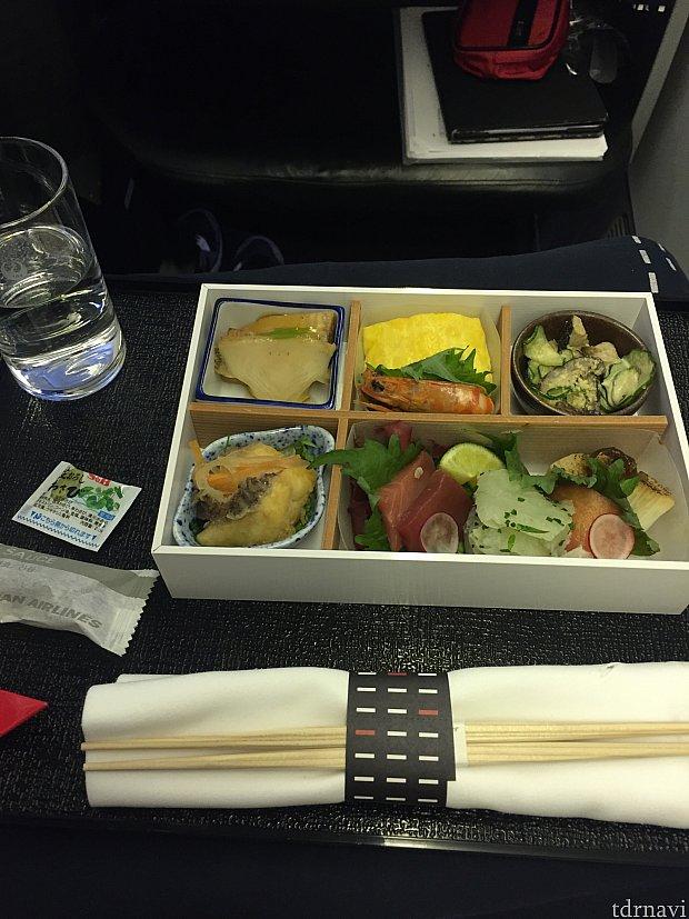 行きの機内食、前菜。どれも美味しい。