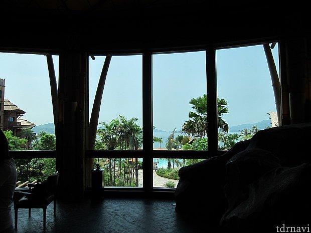 ロビーからの眺め。青い空と青い海がきれいでした。