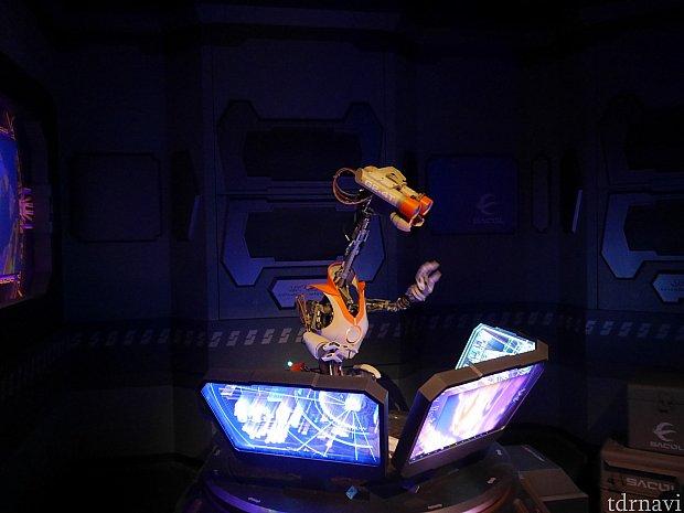宇宙への玄関口なのでドロイド達が荷物や熱がある人がいないかチェックしてます。