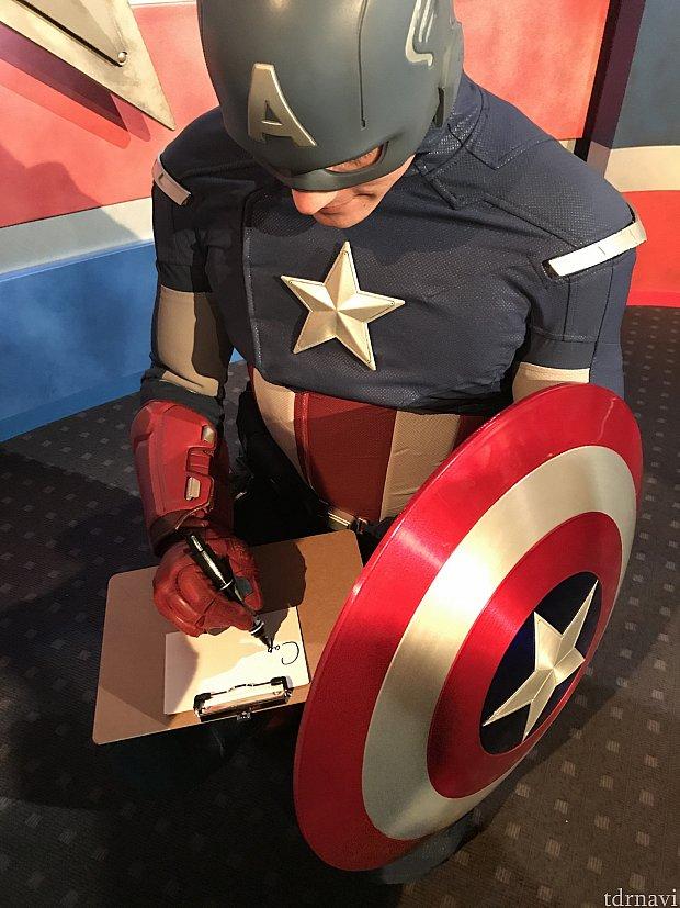 サインを書くキャプテンアメリカ
