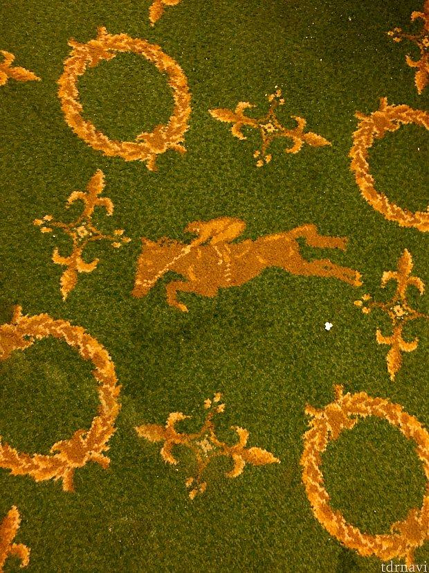 あらゆるところに乗馬のモチーフが。もちろん絨毯にも。