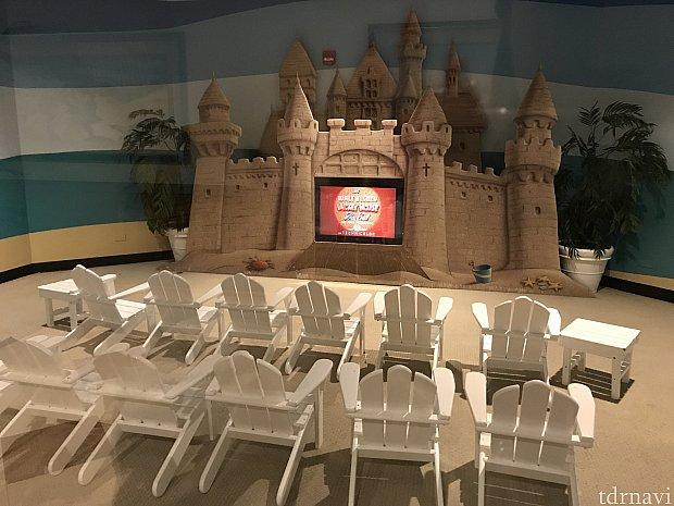 ホテルの1階に子供用の映画が見れるスペース。砂で出来たお城と椅子がビーチ感満載でかわいい!!