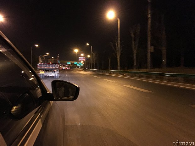迎宾高速 S1を時速90km前後で進みます。土曜の20時過ぎの高速はガラガラです。
