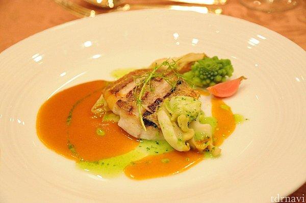 イトヨリ鯛のポワレとツブ貝のブルギニョン ロブスターソースとグリーンカリーオイル