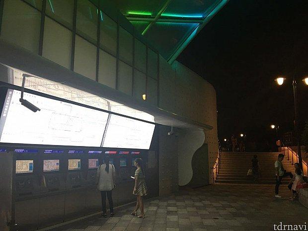 ディズニーとは反対方向、3号口の方面の階段を上がります。左手には券売機が。