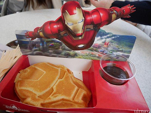 スーパーヒーローワッフル!ワッフルは甘くなく、チョコソースを付けます。