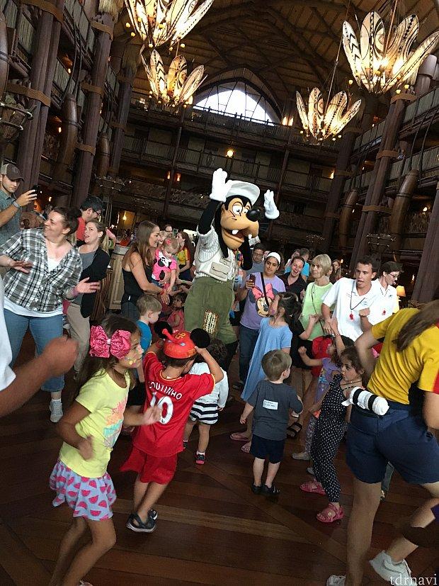 グーフィが子供達と踊っています 曲がヒデキのヤングマンだったので驚きました YMCAの振りは同じです  ヒデキ感激〜