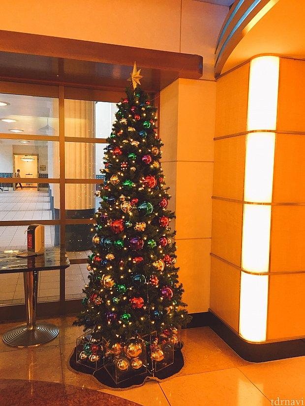 お店の前のクリスマスツリー
