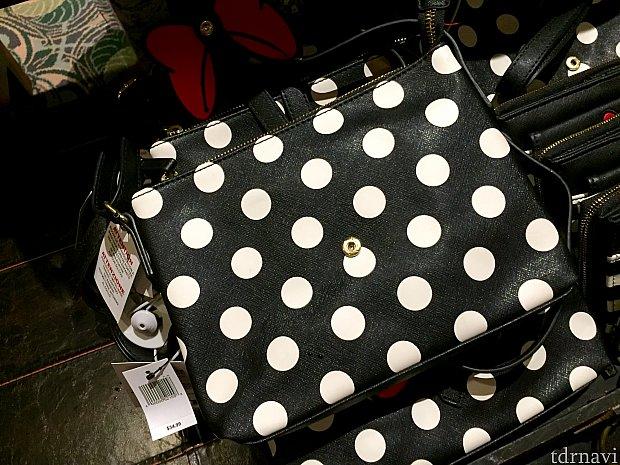 黒いドットのバッグもあります。$34.99。