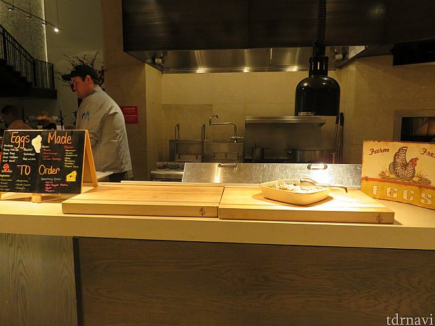 オープンキッチンでは卵料理を注文してくれます